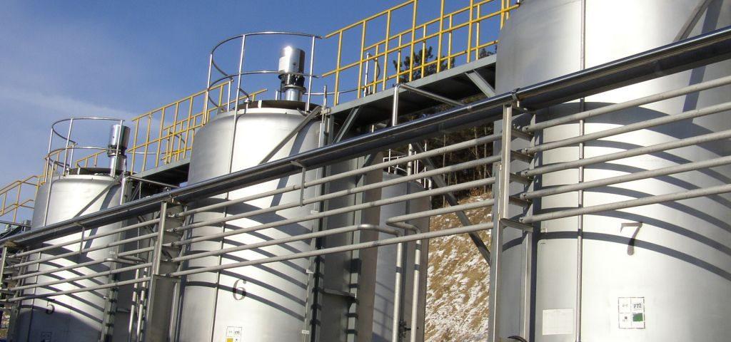 Blending tank with mixer